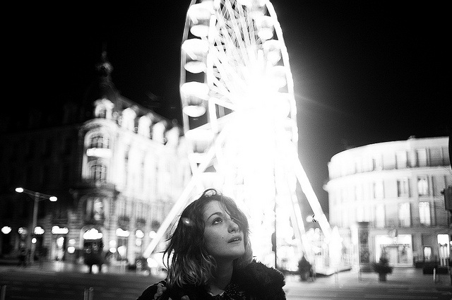 bampw-black-and-white-ferris-wheel-girl-light-Favim.com-459640