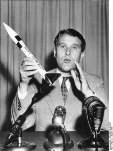 Zentralbild 27.5.1959 Dr. Wernher von Braun mit einem Modell der Jupiter-Rakete, die von der amerikanischen Armee entwickelt wurde. (USA) (2.8.1958)